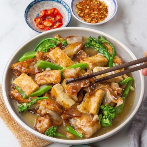 Vegan Rad Na (Rice Noodles with Gravy)
